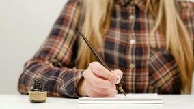 妇女坐的书法锻炼文字艺术 股票视频