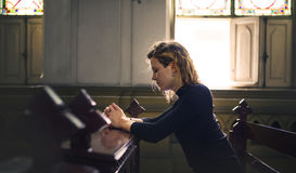 妇女坐的教会宗教概念 免版税库存图片