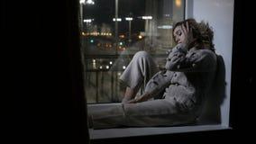 妇女坐窗口基石 影视素材