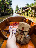 妇女坐运河船在浮动市场上 库存照片