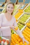妇女坚持的水果摊 库存图片