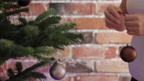 妇女垂悬在圣诞树的圣诞节玩具 股票录像