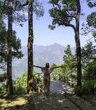 妇女培养他们的胳膊背景树和山在Nern张Puak观点,北碧,泰国 库存图片