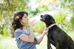 妇女培训狗 免版税库存照片
