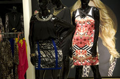 妇女塑造在百货商店 库存图片