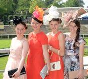 妇女塑造在皇家蝉形阔领带种族  免版税图库摄影