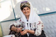 妇女处理烟草叶子创造头等香烟 免版税库存照片