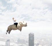 妇女备鞍的犀牛 免版税库存图片