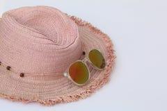 妇女夏天帽子,编织和太阳镜 库存图片