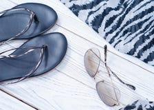 妇女夏天拖鞋、围巾和太阳镜在斑马打印 图库摄影