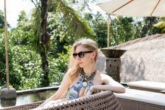 妇女夏天时尚 有适合身体的,长的腿,在比基尼泳装的健康皮肤愉快的性感的女孩,晒日光浴由游泳池  免版税库存图片