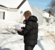 妇女外面在冬天 免版税图库摄影
