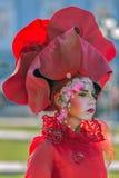 妇女多色穿戴的生存雕象 免版税库存图片