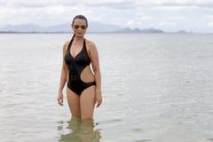 妇女大展示在海滩的形状和比基尼泳装 免版税图库摄影