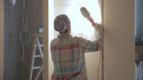 妇女大师擦亮有站立研的仪器的墙壁户内 她灵巧使用磨蚀工具 股票视频