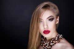 妇女大红色嘴唇 免版税库存照片