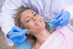 妇女大角度画象由牙医dolding的工具的 免版税库存照片