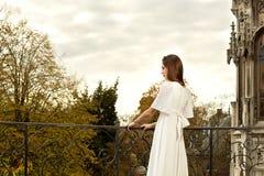 妇女大阳台城堡公园 免版税库存图片