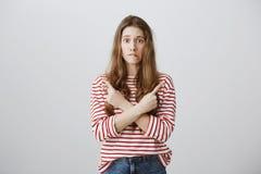 妇女头脑用疑义和犹豫填装了关于选择方向 担心的未察觉的女孩横穿画象  免版税库存照片