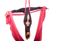 妇女女孩实践空中空气瑜伽杂技的体操运动员杂技演员在被隔绝的演播室 库存照片