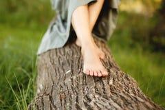 妇女女孩腿树草自然 免版税库存图片