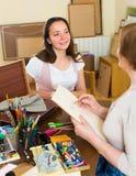 妇女女性艺术家绘画画象  免版税库存图片