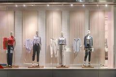 妇女女装店窗口前面 库存图片