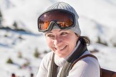 妇女她的摆在滑雪中心的30岁末在希腊 免版税库存照片