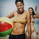 妇女妇女女性海滩享受球概念 免版税库存图片