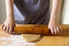 妇女姜饼的辗压面团 图库摄影