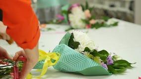 妇女学会在专家的指导下做花卉设计 一个小组类的年轻女人  影视素材