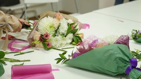 妇女学会在专家的指导下做花卉设计 一个小组类的年轻女人  股票录像