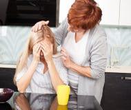 妇女安慰哀伤的女性 图库摄影