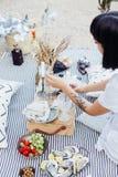 妇女安排婚礼野餐装饰 免版税图库摄影