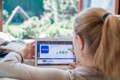 妇女安装售票 在联想片剂的com应用 库存照片
