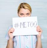 妇女安静面孔举行海报仿造题字的hashtag 受害者在工作场所的攻击骚扰 工作者份额攻击 免版税图库摄影