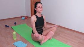 妇女完成实践瑜伽 股票视频