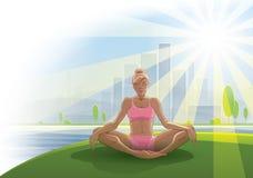 妇女实践瑜伽户外 免版税库存照片