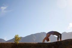 妇女实践瑜伽 图库摄影