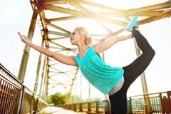 妇女实践的国王舞蹈家瑜伽姿势的广角图片 免版税库存照片