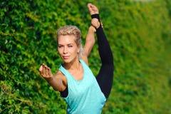 妇女实践的国王舞蹈家瑜伽姿势 免版税图库摄影