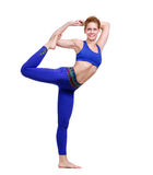 妇女实践的国王舞蹈瑜伽姿势 免版税库存照片