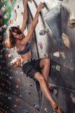 妇女实践的攀岩 免版税库存照片