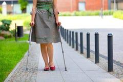 妇女实践的走在拐杖 免版税库存照片