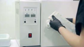 妇女实验员在有试剂的一个化工实验室工作 股票录像