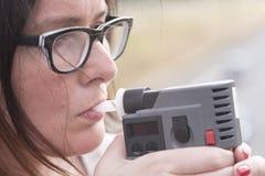 妇女审查酒精的水平 免版税库存图片