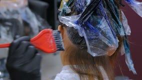 妇女客户的专业美发师着色头发演播室的 股票视频