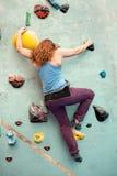 妇女室内攀岩 身体形状登山人后面视图 免版税库存图片