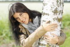 妇女室外容忍桦树 库存照片