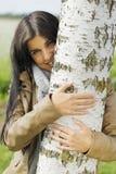 妇女室外容忍桦树 库存图片